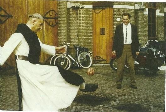 Godfried Bomans een balletje trappend bij de abdij in Zundert met zijn broer Arnold, de pater-trappist (juli 1964)