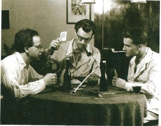 Godfried Bomans (midden) een kaartje leggend met twee onderduikers, de joodse musicus Hans Lichtenstein (links) en pottenbakker Jan ter Gouw  eind 1943
