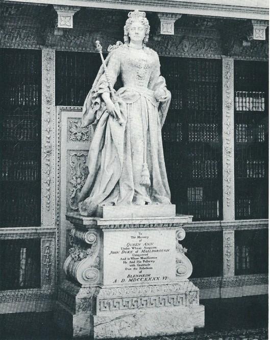 Het beeld van koningin Anne in de 'Long Library' van Blenheim