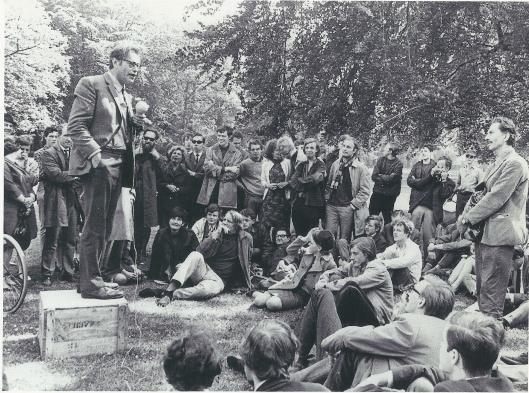 Veel belangstelling ook van jongeren voor Godfried Bomans op het Vlooienveld in de Haarlemmerhout (foto De Boer/NHA)