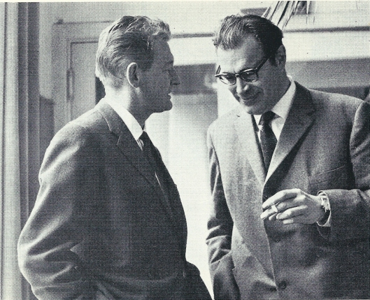 Godfried Bomans in geanimeerd gesprek met Simon Carmiggelt