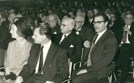Godfried Bomans in de bloei van zijn leven tijdens een bijeenkomst in 1963