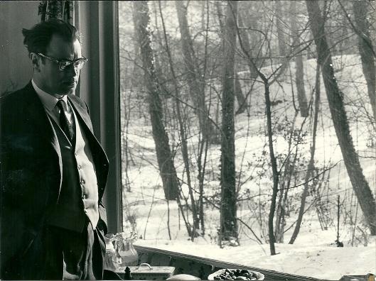 Godfried Bomans met winters uitzicht vanuit zijn huis filosoferend voor het raam.