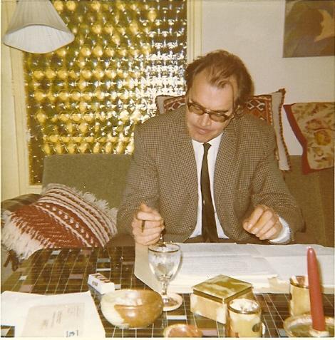 Godfried Bomans aan het werk bij het nakijken van een vertaling van mw. Ruth de Ruijgh-Zobel
