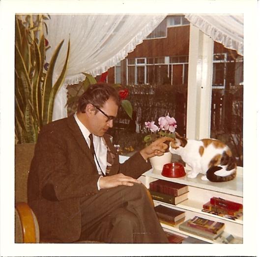 Bomans was een groot liefhebber van poezen en is nooit met honden gefotografeerd. Hier in 1968 in Amstelvven op bezoek bij zijn vertaalster mw. Ruth de Ruigh-Zobel