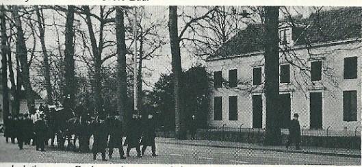 Bij de uitvaart van mr. J.B.Bomans 21 maart 1941 waren alle luiken van het huis Berkenrode gesloten. Hier passeert de stoet komende van de H.Bavokerk in Heemstede huize Berkenrode op weg naar het Sint Barbara-kerkhof in Haarlem-Noord.