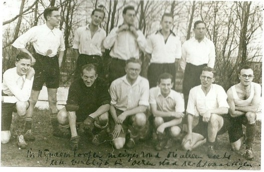 Godfried Bomans, staande midden-voor, in een studentenvoetbalelftal te Amsterdam (1938)