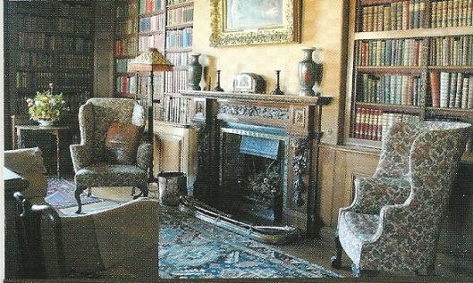Interieurzaal met boeken in Powell-Cotton Museum, Quex House & Gardens, Birchington (graafschap Kent). Gewijd aan natuurvorser en ontdekkingsreiziger majoor P.H.G.Powell-Cotton (1866-1940)