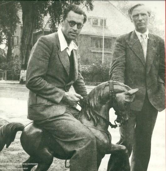 Godfried Bomans op hobbelpaard met Mari Andriessen. Pinksteren 1948 [Uit 'De Hout en het autootje, 2001]