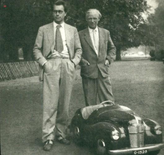 Godfried Bomans en Mari Andriessen gefotografeerd bij het autootje in 1948 [Uit: De Hout en het autootje, 2001]