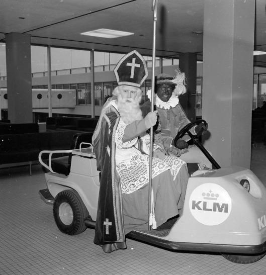 Nog een foto van het vertrek van Sinterklaas (Bomans) en Zwarte Piet (Van 't Sant) van Schiphol naar Canada, 6-12-1967 (foto Jacques Klok)