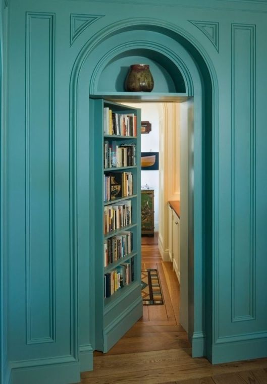 Boekendeur leidend naar een verborgen badkamer in Brits huis
