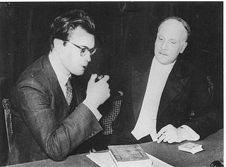 Godfried Bomans met zijn Haarlemse vriend, de kunstsschilder Kees Verwey en op tafel een boek van Lodewijk van Deyssel