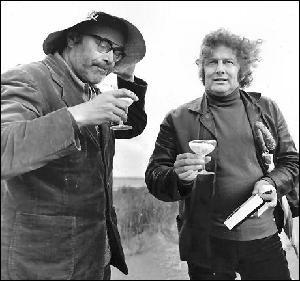 Godfried Bomans en Jan Wolkers klinken na afloop van hun avontuur op Rottumerplaat