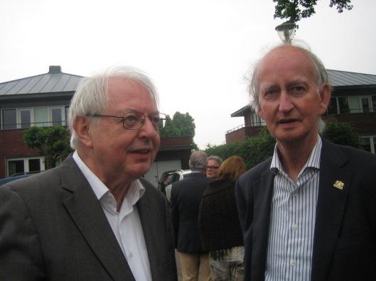 Wiel Kusters (links) in gesprek mat Hans Krol na de onthulling van de Jan Hanlo-gedenksteen op 29 mei 2014 in Valkenburg. In het midden achter hen Tom America