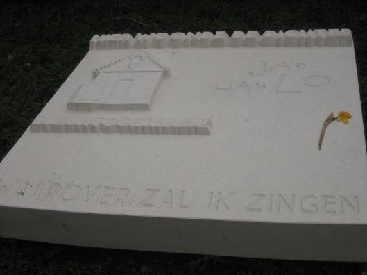 Op 29 mei 2014 op initiatief van 'Dichter in Beeld'geplaatst lmonument ter herinnering aan Jan Hanlo in het Stiene Ruyperspark bij Geerlingshof in Valkenburg-Broekhem. Het is vervaardigd door steen- en beeldhouwer Tsycho Flore