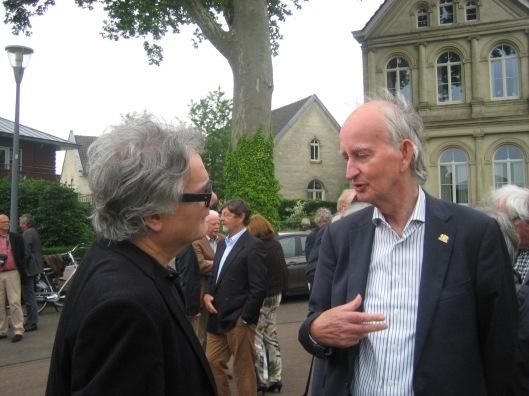 Tom America (links) en Hans Krol na de onthulling van het Jan Hanlo-gedenkteken nabij Geerlingshof in Valkenburg op 29 mei 2014
