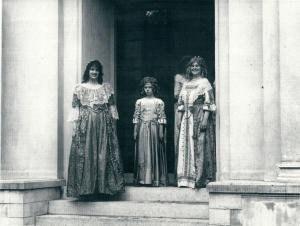 Van links naar rechts: Jenny (Valken-)Meinesz, Caroline Beels en haar moeder mw. Ineke Beels van Heemstede