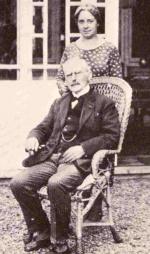 Dokter P.J.H.Crobach (1851-1934) en zijn echtgenote voor het herenhuis Rozenberg in Deurne. Hun dochter Dolly huwde met B.M.J. (Han)Hanlo, vader van Jan Hanlo