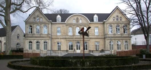 Château Geerlingshof, geboued in 1850. Van 1890 (tot 1949) huisvesting van de Paters Oblaten die het gebouw hebben vergroot. Later in gebruik als volksuniversiteit. In 2002 verbouwd als appartementencomplex. Gelegen in het Stiena Ruyperspark (genoemd naar eerste vrouwelijke wethouder van Valkenburg) waaromheen luxe woningen zijn gebouwd, waarvoor het poorthuisje moest wijken.
