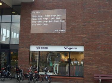 Vers van Jan Hanlo op muur van winkel 'Vögele' in Veenendaal (foto Mats Beek)