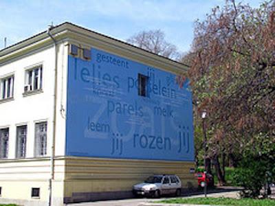 In de Bulgaarse hoofdstad Sofia zijn op een aantal gebouwen verzen van Europese schrijvers aangebracht. Voor Nederland werd door de Ned. ambassade gekozen voor 'Zo meen ik dat ook jij bent' van Jan Hanlo (Rolf van der Marck)