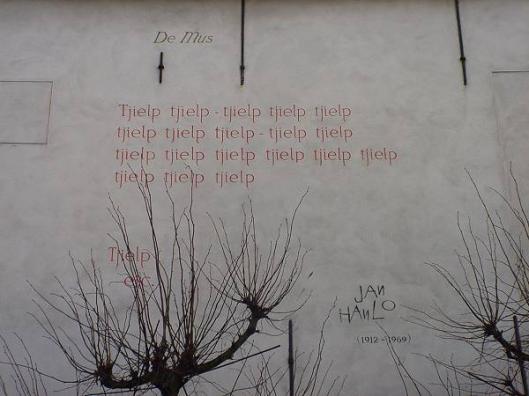 Muurgedicht 'De Mus' van Jan Hanlo in Leiden (foto Annemie's blog)