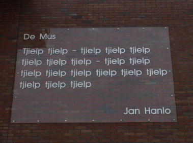 Het gedicht 'De Mus' van Jan Hanlo in Veenendaal (foto Mats Beek)