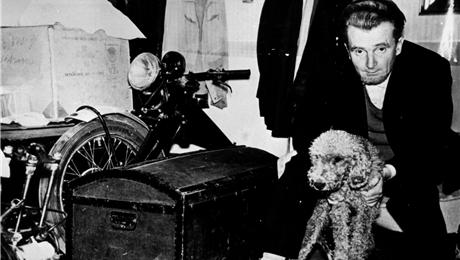 Hanlo met motor en hond. BarBara hanlo maakte in 1990 een documentaire van 45 minuten, getiteld: 'Jan Hanlo, en die man ben ik zelf'.