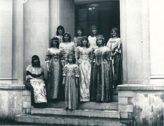 Openluchtspel in 1923 met telgen uit de Heemsteedse aristocratie in historische kledij, die hier poseren voor de koepel van Groenendaal