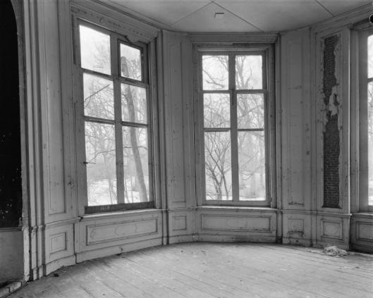 Het verwaarloosde interieur van de koepel in februari 1960 (foto G.J.Dukker)