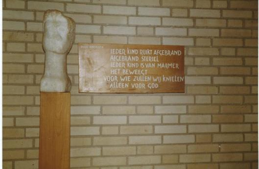 Vers 'Over kinderen' van Jan Hanlo met sculptuur in Valkenburg (foto Jan Henry, juni 1982)