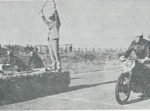 Foto van de start 10 oktober 1965 op het circuit van Zandvoort. In de klasse boven de 650 cc werd Hanlo tweede van twee deelnemers in een tijd van 15,62 seconde over de 400 meter met staande start.