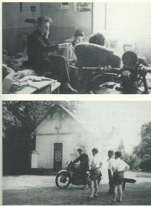 Boven: Jan Hanlo met twee cursisten in zijn portierswoning bestaande uit één kamer zonder toilet. Op de voorgrond zijn motor. Circa 1960. Onder: Jan Hanlo met enkele kinderen uit de buurt (Uit de biografie vanHans Renders).