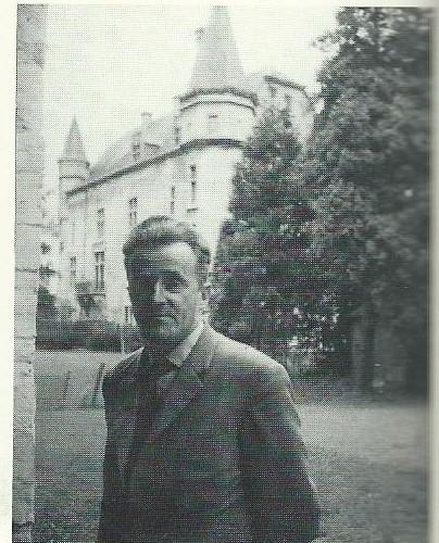 Jan Hanlo voor kasteel Schaloen in Valkenburg