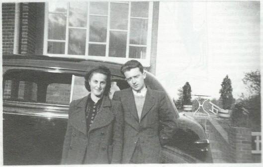 Biograaf Hans Renders ontdekte in zijn grondig onderzoek dat de jonge Jan Hanlo tijdens zijn verblijf in Londen in 1936 een tijdelijke relatie had met Mar Matthews. Hij publiceerde daarover in Vrij Nederland van 9 augustus 1997: 'Mary, het meisje van Jan Hanlo'.