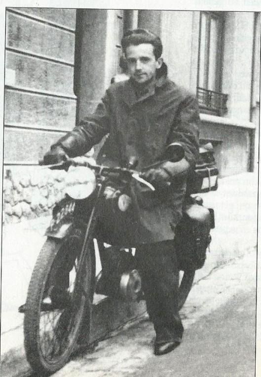 Jan Hanlo op  de motor omstreeks 1935.