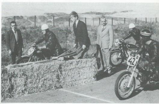 Hanlo op het circuit van Zandvoort, oktober 1965. Links op de motor met nummer 47