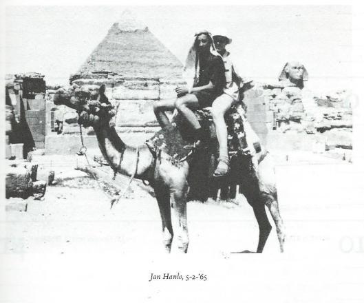 Foto genomen bij de piramide van Cheops en de sfinx in Gize, Egypte, opgenomen in Literaire agenda, 1984-1985. In werkelijkheid met Hans Krol en een vriend
