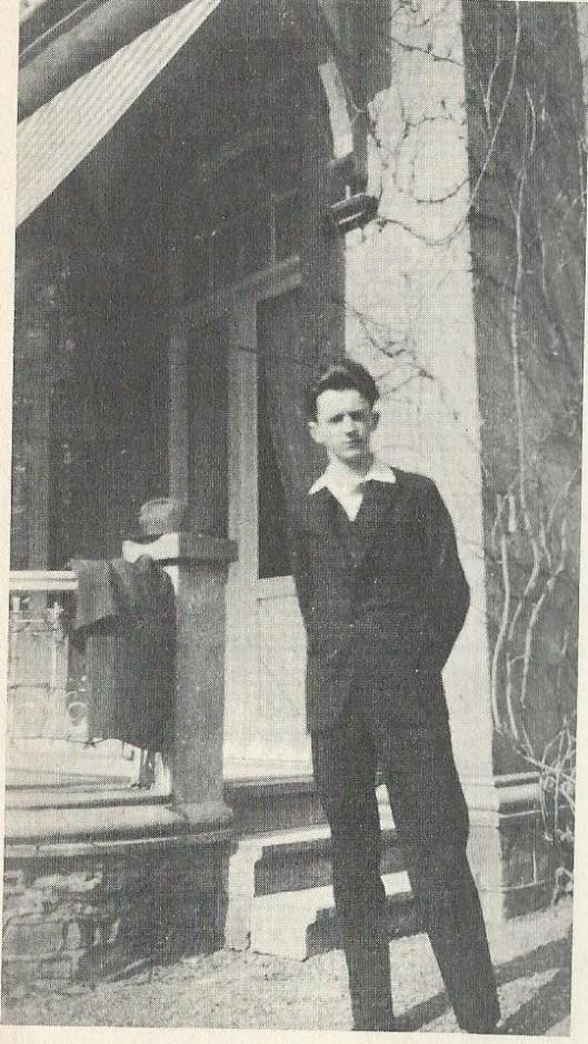 Hanlo 16 of 17 jaar jong toen hij zijn eerste motor huurde in een Valkenburgse garage, een zware F.N. Hanlo beschreef de tweede keer dat hij op een motor zat in zijn opstel 'Op excursie'.
