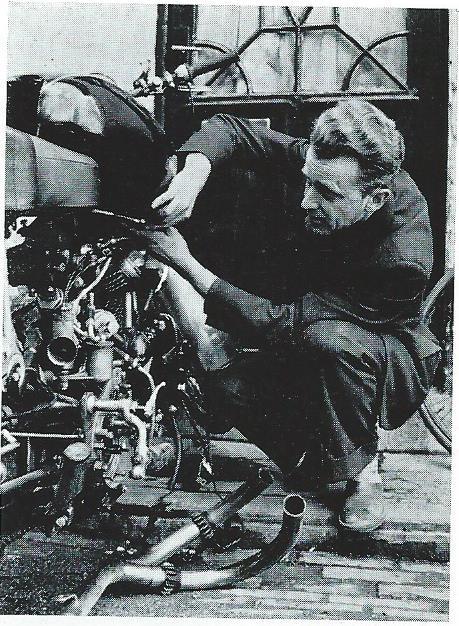 Jan Hanlo zijn motor reparerende