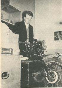 Jan Hanlo in zijn éénkamerhuisjr annex Vincentgarage [Uit: Motor, 12 januari 1973, blz. 42]