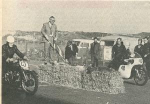 In 1965 deed Jan Hanlo mee aan de eerste motorsprints op het circuit van Zandvoort. Hij werd tiende. Nummer 48 is Hanlo en nummer 48 Jan Kampen