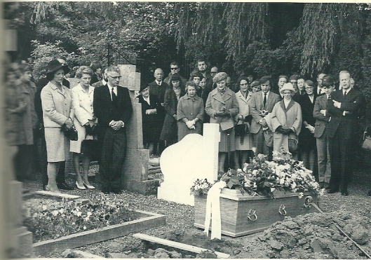 Begrafenis van Jan Hanlo op r.k.kerkhof in Broekhem, Valkenburg.