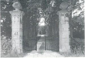 Het toegangshek met hardstenen pijlers naar de hofstede Ipenrode in Heemstede (foto Vic Klep)