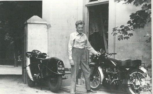 Jan Hanlo met zijn beide motoren voor zijn huisje in Valkenburg (foto Ser J.L.Prop)