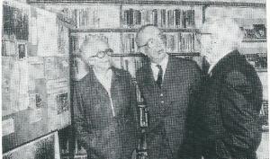 Jan P.Strijbos (1891-1983) was een vermaard vogelkenner en natuurvorser. Geboren in Haarlem woonde hij een groot deel van zijn leven in de Claus Sluterweg, Heemstede, en de laatste jaren van zijn leven in huize Bodaan te Bentveld. Bij gelegenheid van zijn 90ste verjaardag in 1981 is een tentoonstelling aan Strijbos gewijd in de gemeentelijke openbare bibliotheek Heemstede. Hier rechts met burgemeester jhr.mr.O.R.van den Bosch (midden) en links de echtgenote van J.P.Strijbos