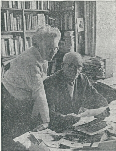 Het echtpaar Jan en Aje Strijbos in hun huis aan de Herenweg Heemstede in 1963 na een reis van 7 maanden in Nieuw Zeeland te hebben gemaakt om daar de flora en fauna te bestuderen