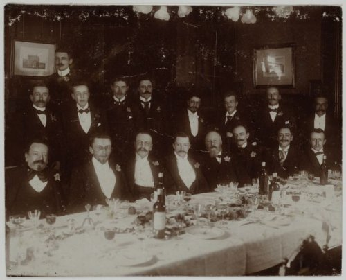 Promotiediner vn A.G.de Vries als doctor in de letteren (1899). Hij zit vierde van links (Beeldbank Amsterdam)