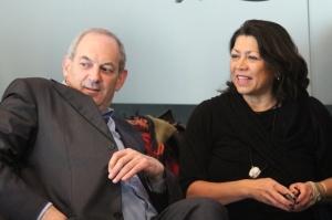 Mw. Sylvia Dornseiffer en de heer Job Cohen in de Hella Haassezaal van de OBA